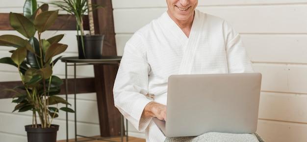 現代生活を送る年配の男性 無料写真