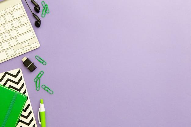 コピースペースと紫色の背景にフラットレイアウト職場配置 無料写真