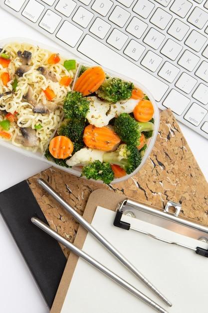食品のクローズアップと平面図現代の職場配置 無料写真
