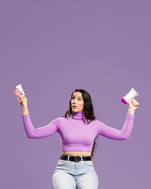 Женщина сидит и держит кредитные карты и мегафон Бесплатные Фотографии