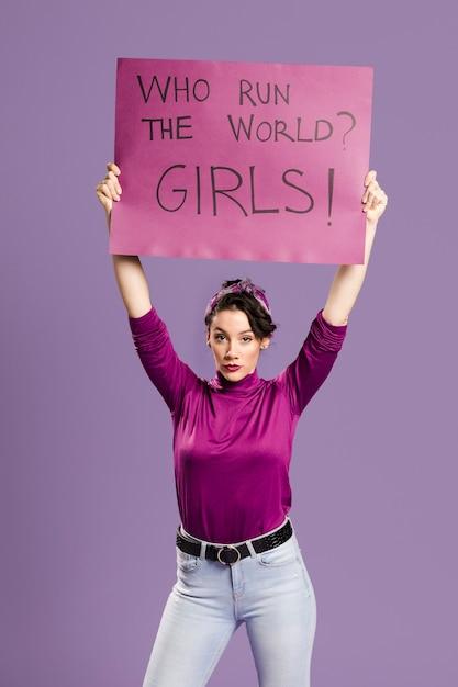 誰が世界を運営していますか?女の子!立っている女性とレタリング 無料写真