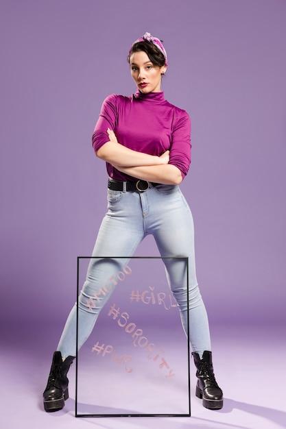 Минималистская женщина, держащая прозрачное стекло ногами Бесплатные Фотографии