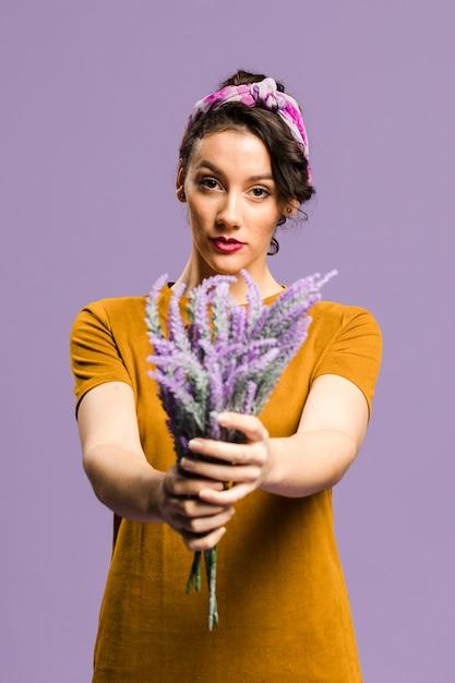 ラベンダーの花の花束を保持しているドレスに自信を持って女性 無料写真