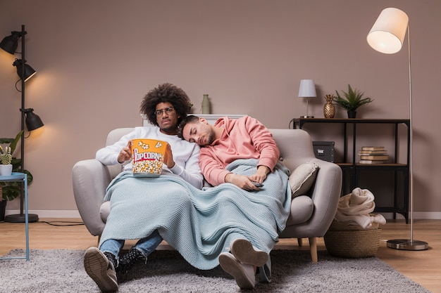 ポップコーンと家で友人映画 無料写真