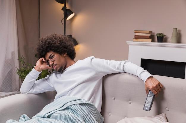 テレビを見ている高角度の男性 無料写真