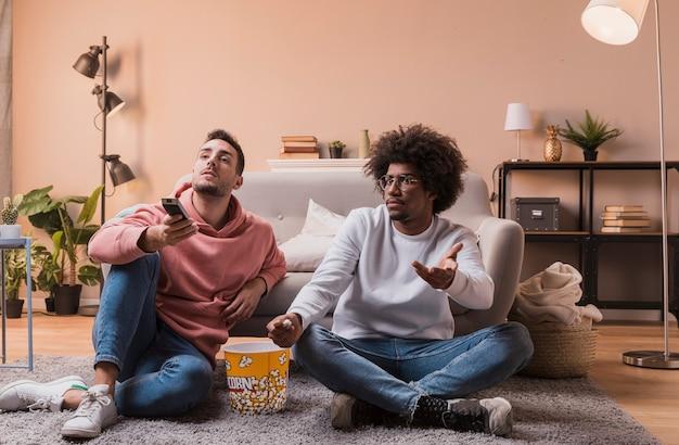 なだめる映画から興味をそそられる友人 無料写真