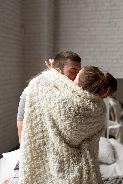 若いカップルのキスの肖像画 無料写真