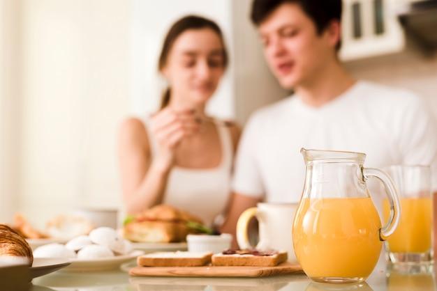 一緒に朝食を持っているカジュアルな若いカップル 無料写真