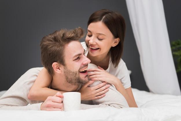 優しさの瞬間を持っているカップル 無料写真