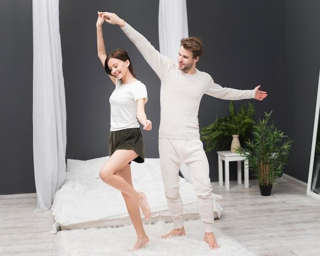 自宅で踊るカップル 無料写真