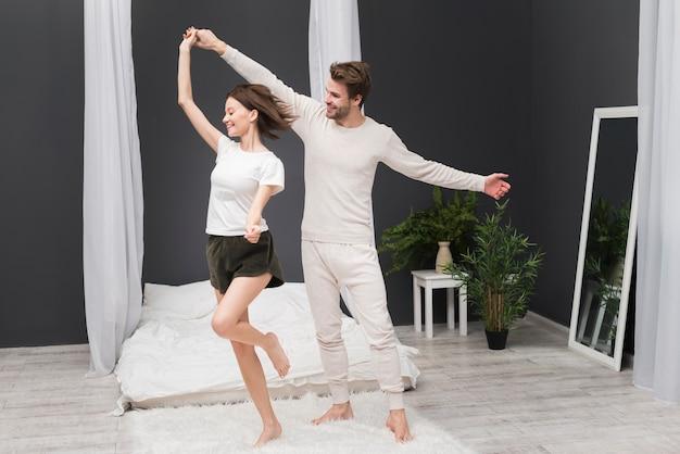 Пара танцует дома Бесплатные Фотографии