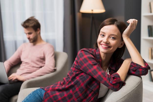 自宅でリラックスしたカップル 無料写真