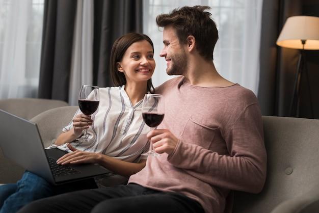 Пара, имеющая момент нежности Бесплатные Фотографии