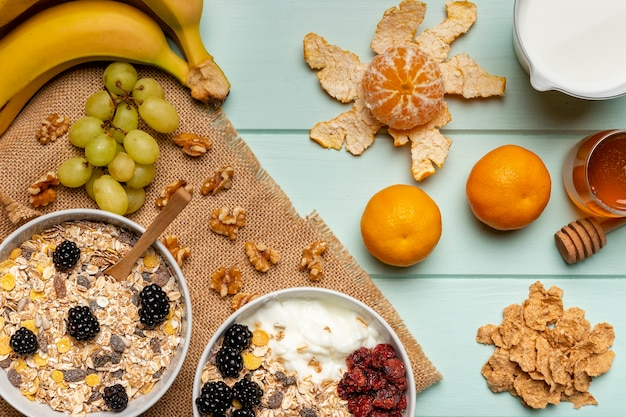 テーブルの上のトップビュー健康的な朝食 無料写真