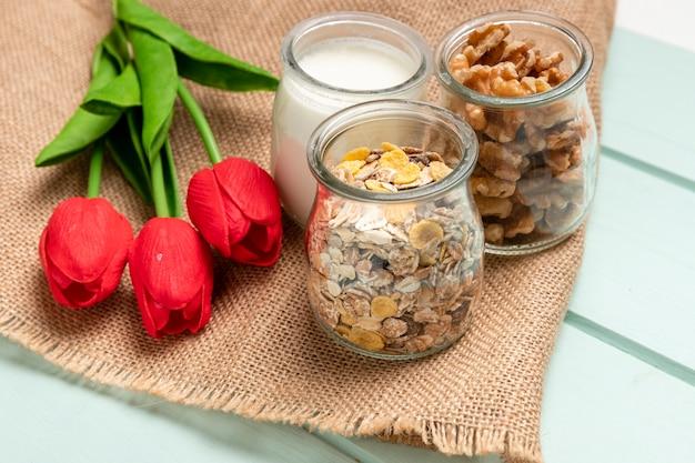 チューリップと健康的な朝食をクローズアップ 無料写真