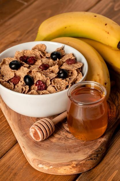 テーブルの上のクローズアップの健康的な朝食 無料写真