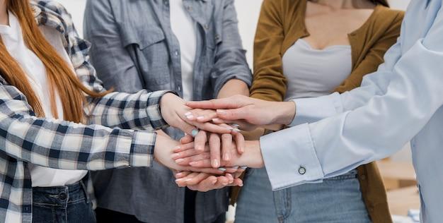 手に触れる女性の友人のグループ 無料写真