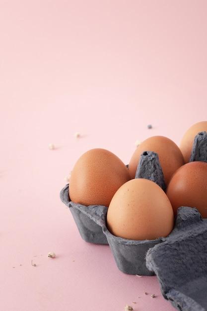 Крупным планом кучу традиционных яиц Бесплатные Фотографии
