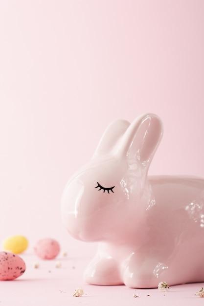 Крупный план керамического пасхального кролика Бесплатные Фотографии