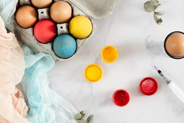 Вид сверху красиво расписанные пасхальные яйца Бесплатные Фотографии