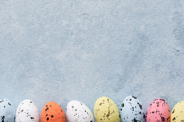 Вид сверху красочные пасхальные яйца с копией пространства Бесплатные Фотографии