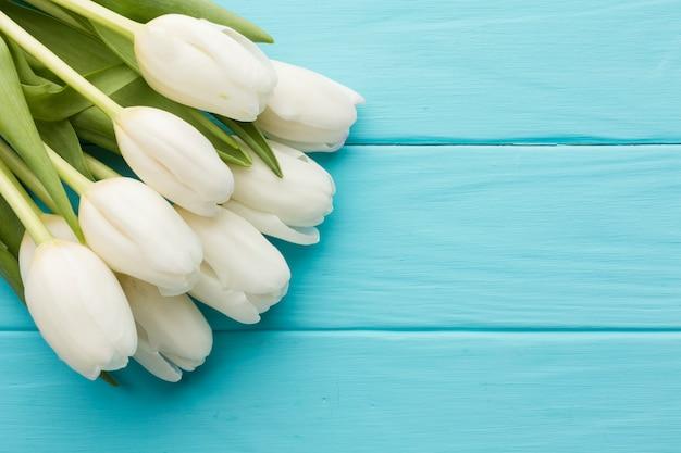 木製の青い背景にチューリップの花の花束 無料写真