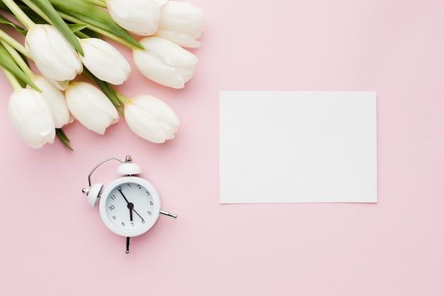 時計と空の紙のチューリップの花 無料写真
