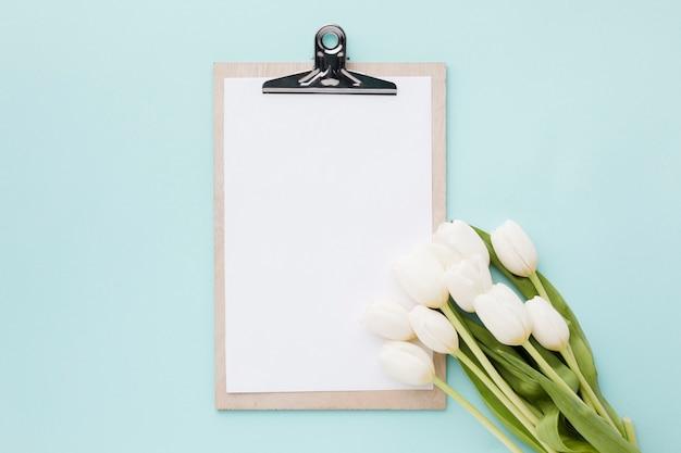 チューリップの花と葉の配置とクリップボード 無料写真