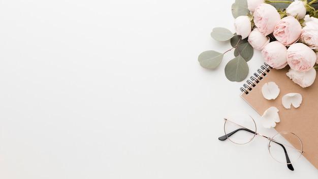 Розовые цветы с листьями договоренности с очками и копией пространства Бесплатные Фотографии