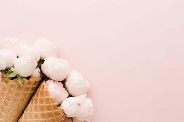 花アイスクリームコーンとコピースペース 無料写真