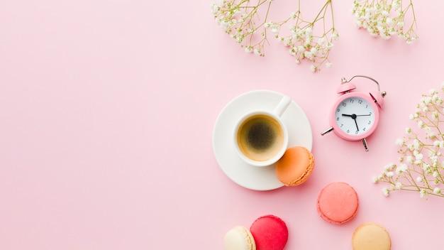 フラットレイモーニングコーヒーと時間管理 無料写真