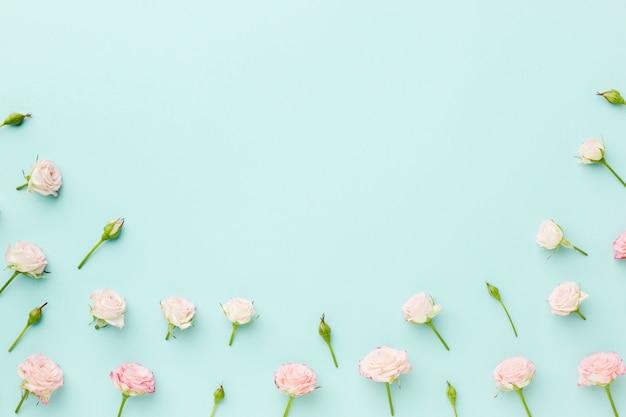 コピースペースと青色の背景に小さなバラ 無料写真