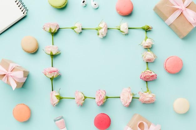 お菓子やギフトに囲まれたバラのフレーム 無料写真