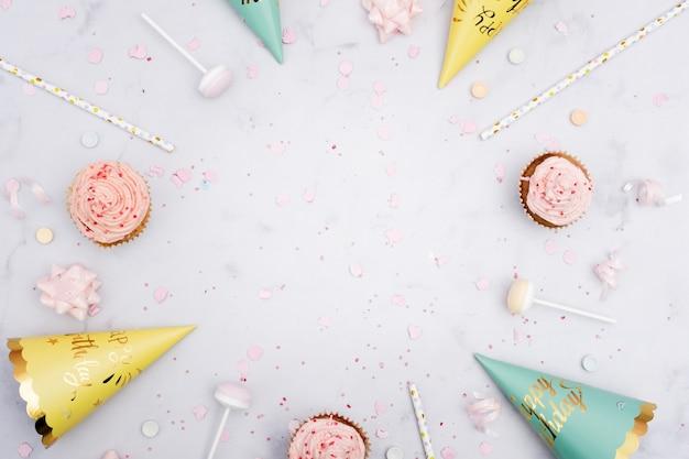 ストローとカップケーキの誕生日コーンのトップビュー 無料写真