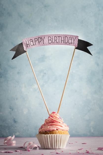 アイシングと幸せな誕生日の願いとカップケーキの正面図 無料写真