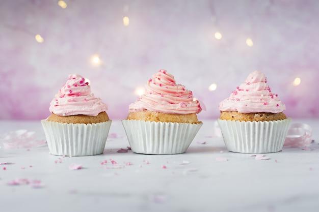 アイシングと振りかけると誕生日カップケーキの正面図 無料写真