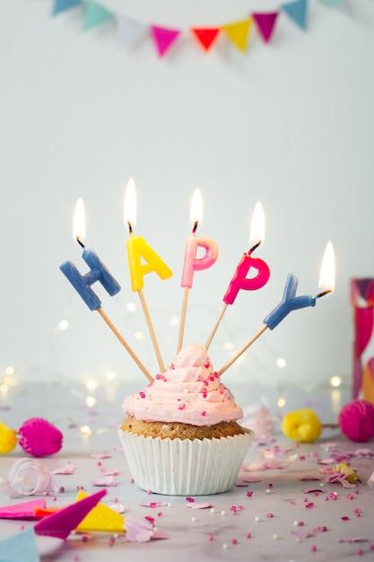 Вид спереди на день рождения кекс с зажженными свечами Бесплатные Фотографии