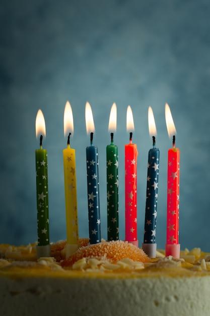 点灯色とりどりの誕生日の蝋燭の正面図 無料写真