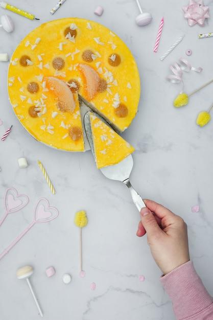 Вид сверху ломтик торта ручной резки с украшениями на день рождения Бесплатные Фотографии