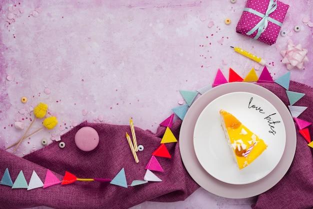 Плоская кладка кусочка торта на тарелку с местом для подарка и копией Бесплатные Фотографии