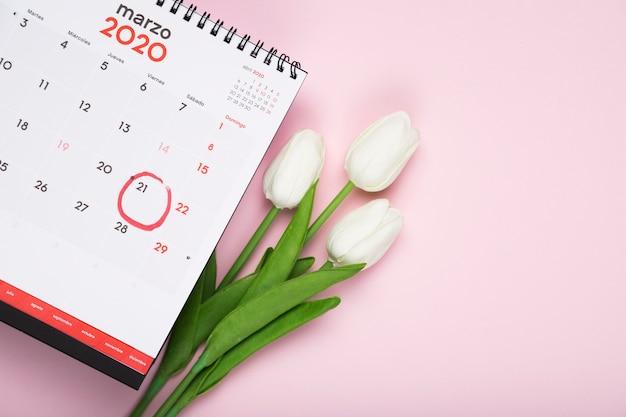 カレンダーの横にあるチューリップの花束 無料写真