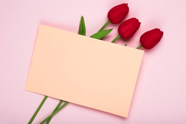 グリーティングカードと赤いチューリップの花束 無料写真