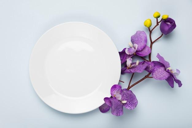 Цветущие цветы с белой тарелкой Бесплатные Фотографии