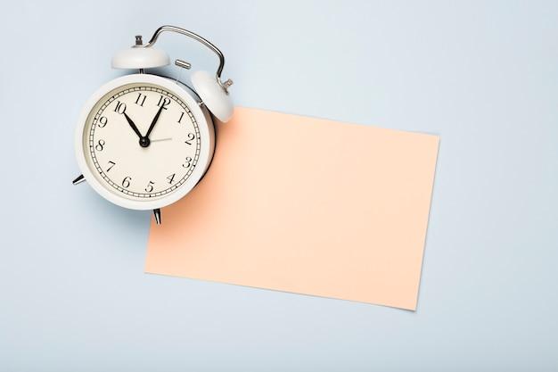 トップビューグリーティングカードとテーブルの上の時計 無料写真