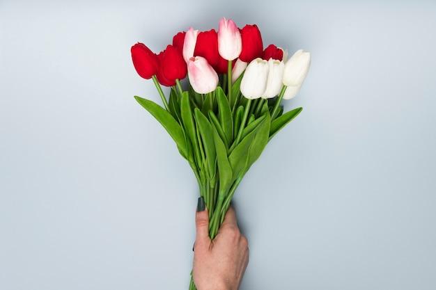 チューリップの花束とフラットレイアウト手 無料写真