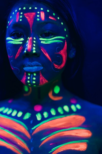 蛍光メイクの女性の正面図 無料写真