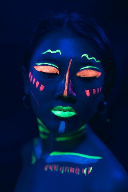 女性の顔に紫外線塗料メイクアップ 無料写真