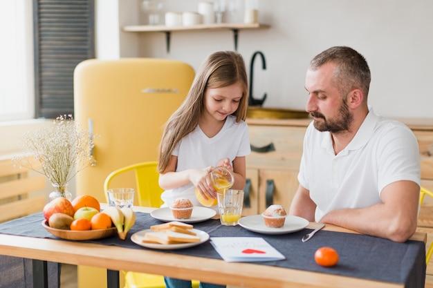 Дочь и папа за завтраком в день отцов Бесплатные Фотографии