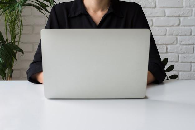 Бизнес женщина работает на ноутбуке Бесплатные Фотографии
