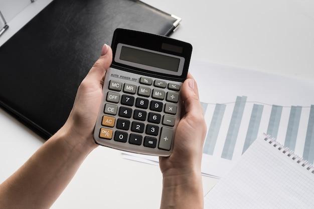Бизнес женщина, держащая калькулятор Бесплатные Фотографии